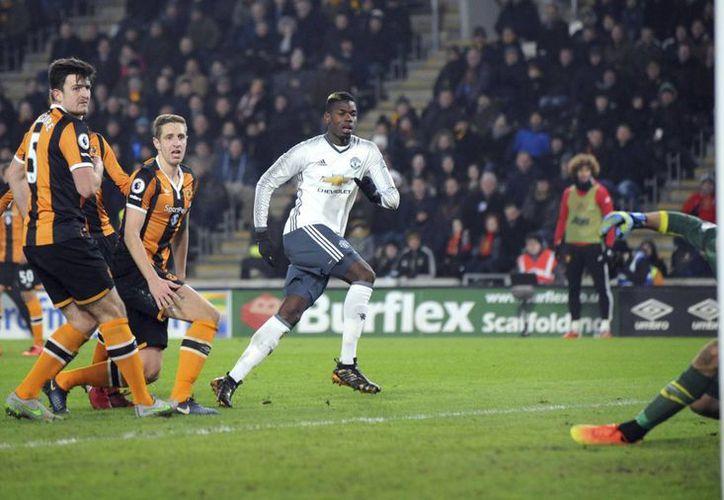 Paul Pogba tuvo un partido deslucido, pero consiguió uno de los goles que enviaron al Manchester United a la final de la Copa de la Liga en Inglaterra. (AP)