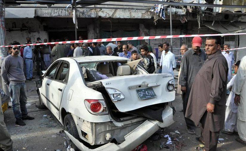 Los bombazos terroristas en Karachi ocurrieron este viernes a medianoche, con treinta segundos de diferencia. En la foto, la zona del atentado doble. (Efe)