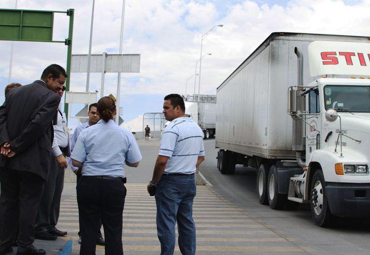 Autoridades judiciales hablan con agentes aduaneros el 5 de julio de 2012 en la garita las Américas en Ciudad Juárez. (Agencias)