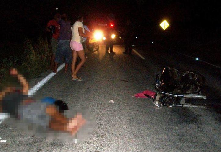 Los lesionados quedaron tirados en medio de la carretera Dzilam Bravo-Dzilam González. (Milenio Novedades)