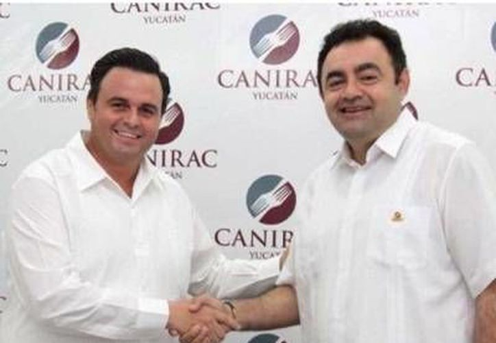 Álvaro Mimenza Aguiar (i) refrendó su puesto como líder de los restauranteros (Canirac) en Yucatán. (Milenio Novedades)