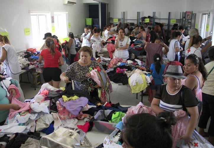 Decenas de personas acudieron a las instalaciones de la Cruz Roja para adquirir artículos, entre ellos, productos de calidad. (Tomás Álvarez/SIPSE)