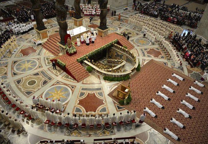 Uno de los momentos más emotivos de la ordenación de 13 sacerdotes por parte del Papa Francisco, este domingo en El Vaticano. (Foto: Andreas Solaro/AP)
