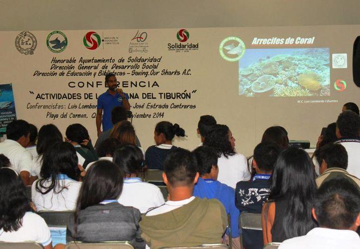 La asociación SOS imparte charlas a estudiantes para explicar sobre la importancia de la conservación de los arrecifes.  (Daniel Pacheco/SIPSE)