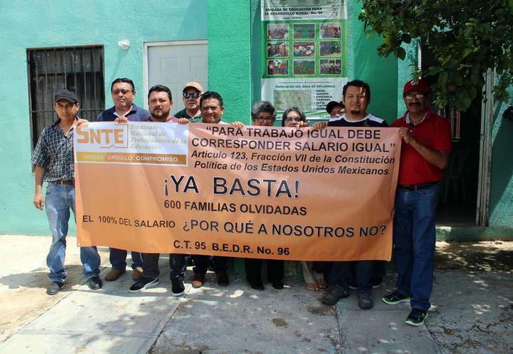 Maestros del SNTE se manifestaron ayer a las puertas de las escuelas. (Foto: Milenio Novedades)
