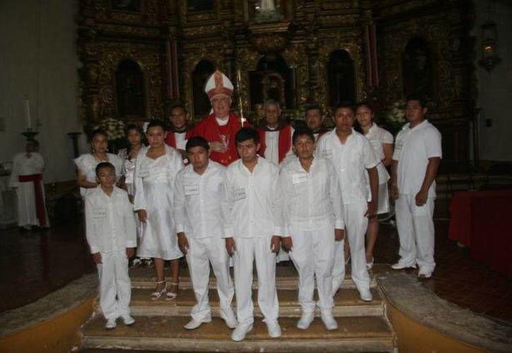 El arzobispo Emilio Carlos Berlie Belaunzarán con los niños que confirmaron su fe. (SIPSE)