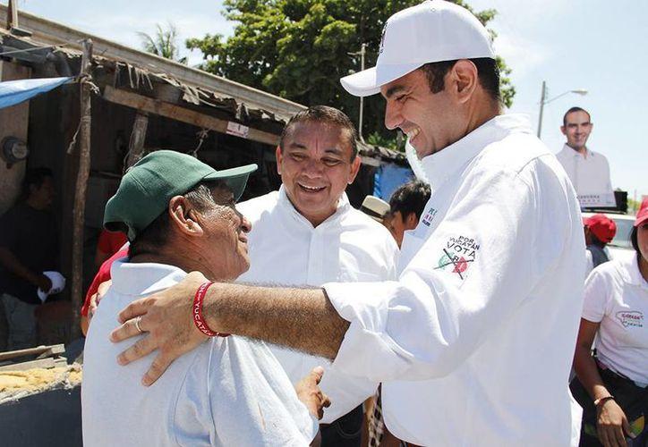 Felipe Cervera Hernández, candidato del PRI a diputado por el V Distrito, saluda a vecinos de Sisal. (SIPSE)