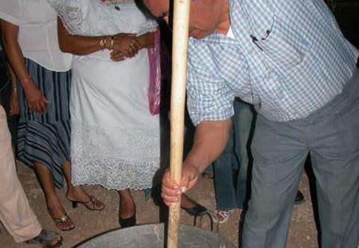 La resina obtenida del árbol del chicozapote es cocida hasta extraerle toda la humedad. (Manuel Salazar/SIPSE)