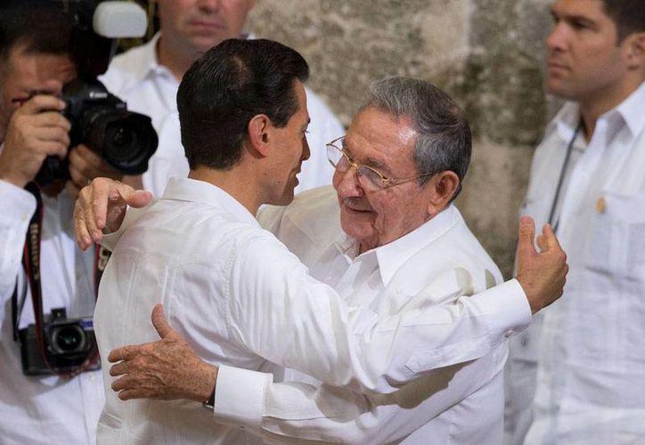 Los presidentes de Cuba, Raúl Castro Ruz (der), y de México, Enrique Peña Nieto, estrecharon lazos de amistad entre ambos países, pero también firmaron acuerdos en cinco rubros de interés mutuo. (The Associated Press)