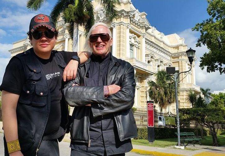 """El director David Dávila Herrera y Pascal Languirand, de """"Trans X"""" en el Paseo de Montejo de Mérida. (Milenio Novedades)"""