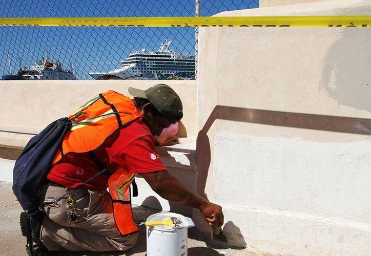 Verifican las obras que realizan los trabajadores del Ayuntamiento. (Cortesía/SIPSE)