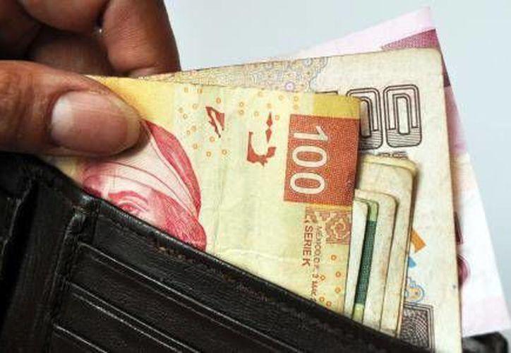 Tres personas intercambiaron dinero por papel de la billetera de un hombre. (Redacción/Internet)