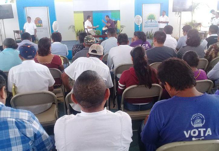 Carlos Joaquín González atendió a los ciudadanos de manera directa. (Raúl Balam/SIPSE)