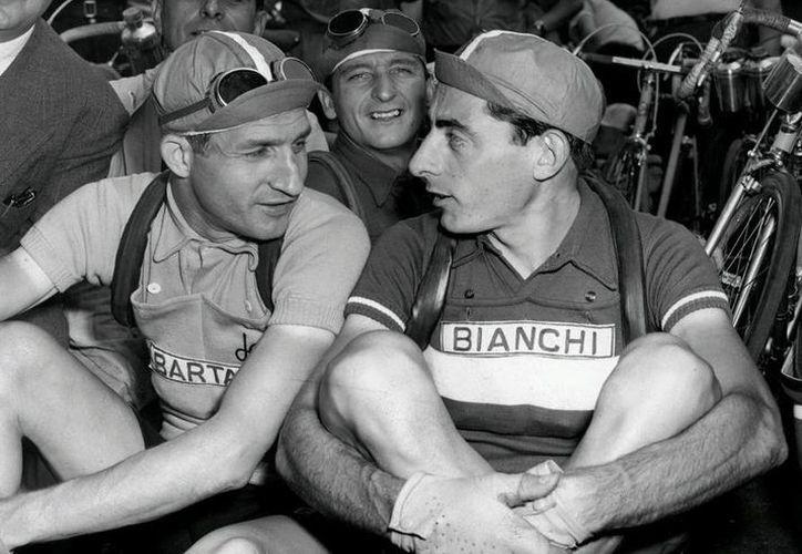 Los italianos Fausto Coppi (a la derecha) y Gino Bartali (a la izquierda), en el Tour de Francia en 1949. (EFE/Archivo)