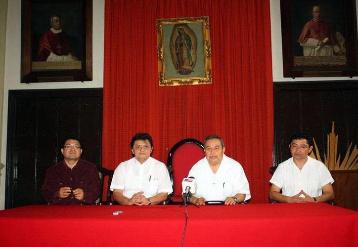 Organizadores del aniversario episcopal de Mons. Berlie en la sala capitular de Catedral. (Milenio Novedades)
