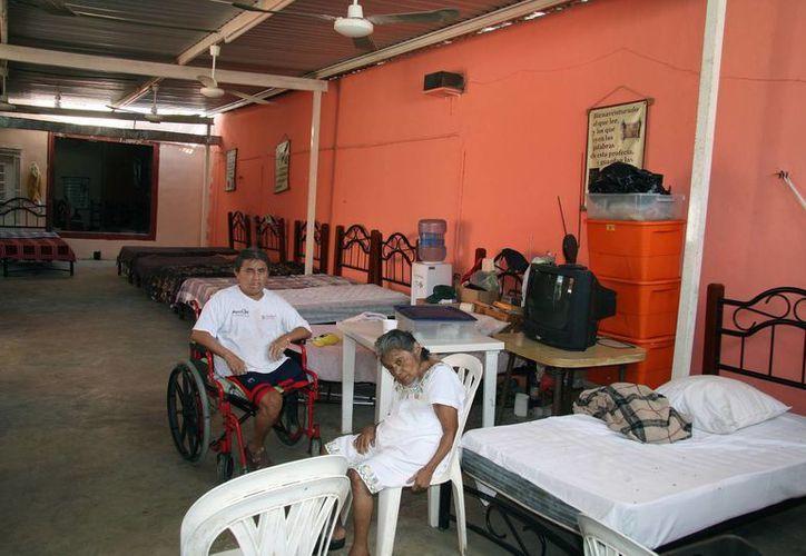 Algunos de los inquilinos en la Casa de los Abuelos, ubicada en la colonia Nueva Sambulá. (Wilberth Argüelles/SIPSE)