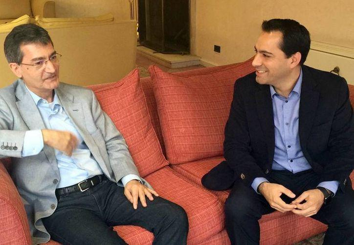 El Alcalde de Mérida, Mauricio Vila con Xavier Tudela, presidente del Bureau Internacional de Capitales Culturales de América, en Valdivia, Chile. (Milenio Novedades)