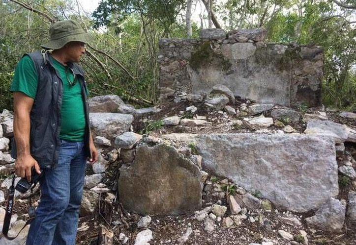Los restos de las iglesias se mencionan en las crónicas de la historia de Yucatán. Imagen del especialista que realiza el trabajo de investigación junto con otros colaboradores. (Milenio Novedades)