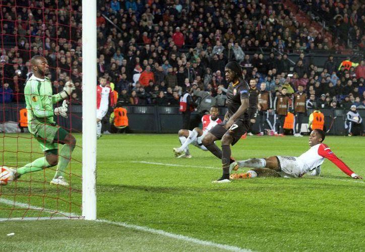 Gervinho contribuyó con un gol al avanza de Roma sobre Feyenoord en la Europa League, pero el delantero fue objeto de un acto racista debido a que le arrojaron una banana gigante. (Foto: AP)
