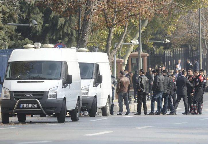 La policía turca asegura la zona después del frustrado 'atentado' contra el primer ministro turco, Recep Tayyip Erdogan, en Ankara. (EFE)