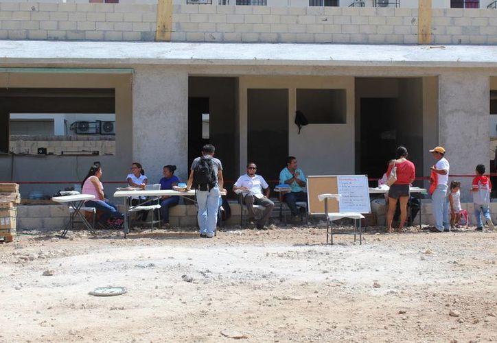 Padres de familia buscaron cupo en algún establecimiento educativo local. (Octavio Martínez/ SIPSE)