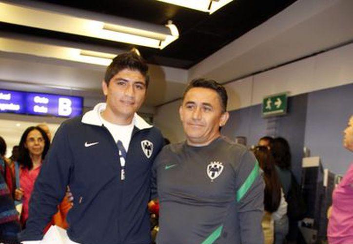 Ulises y su papá, ayer en el aeropuerto Manuel Crescencio Rejón. (SIPSE)
