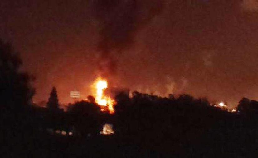 Así se observó el incendio de la refinería de Tula a unos metros de distancia. Informa Pemex que el fuego está controlado.  (Twitter: @cadena_12)