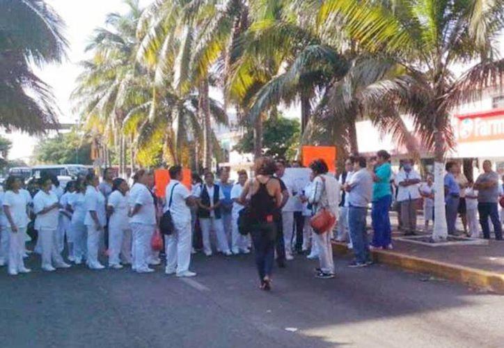 Trabajadores del sector salud denunciaron que el Hospital Regional de Veracruz opera con falta de medicamentos. Imagen de la protesta en esta ciudad. (Excelsior vía Quadratín)