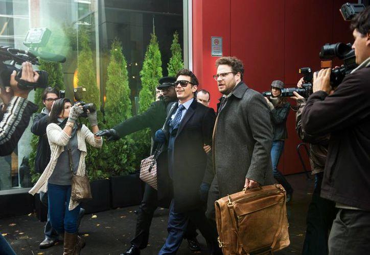 """James Franco (centro izquierda), en el papel de Dave y Seth Rogen como Aaron, en la película """"The Interview"""". (Agencias)"""