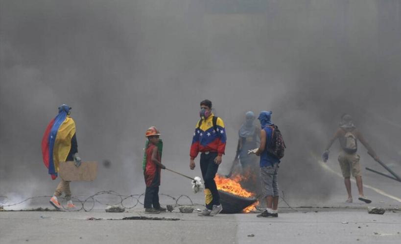 Gobierno venezolano denuncia que opositores quemaron a hombre en protesta