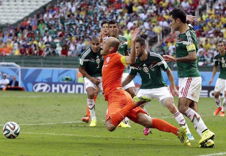 Después del partido entre las selecciones holandesa y mexicana, Robben fue señalado como un jugador que engaña a los árbitros. (AP)