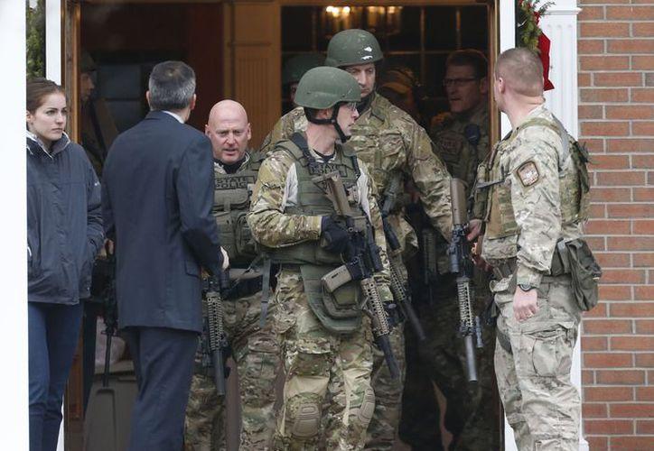 Elementos del SWAT acudieron a la iglesia donde se reportó la amenaza. (Agencias)