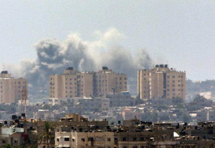 Una columna de humo sobre un objetivo atacado por Israel en la ciudad de Gaza. (Agencias)