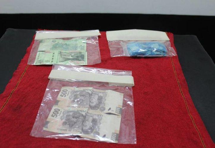 La droga y el efectivo que traían los presuntos narcomenudistas ya están en manos de la Fiscalía del Estado. (Cortesía)