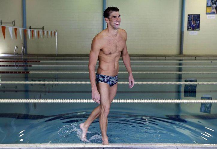 Michael Phelps se moja los pies en la piscina del Centro Acuático de Meadowbrook, en las afuetas de Baltimore. (AP)