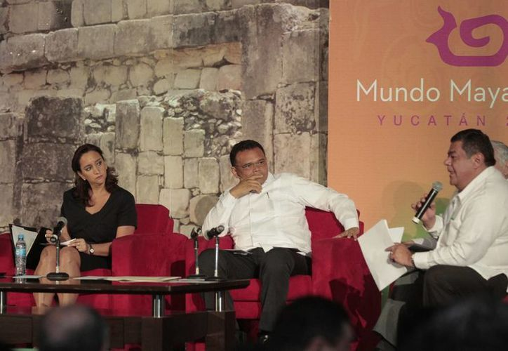 La secretaria de Turismo, Claudia Ruiz Massieu, y el gobernador de Yucatán, Rolando Zapata Bello, escuchan planteamientos del mandatario de Campeche, Fernando Ortega Bernés, durante la mesa de trabajo 'Presente y futuro del Mundo Maya'. (Cortesía)