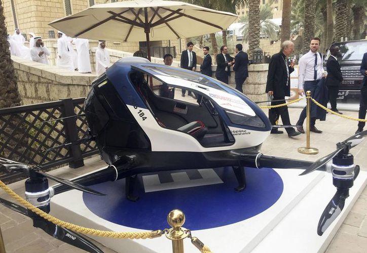 Un modelo del dron de fabricación china EHang 184 y la nueva generación de drones taxis de Dubai es exhibido en el segundo día de la Cumbre Mundial de Gobiernos en Dubai, Emiratos Árabes Unidos, el lunes 13 de febrero de 2017. (AP Foto/Jon Gambrell)