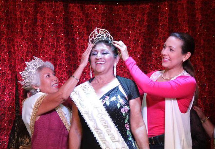 Coronación de la nueva Reina Adulto Mayor del Carnaval 2015, Gladys Barrancos Cruz. (SIPSE)