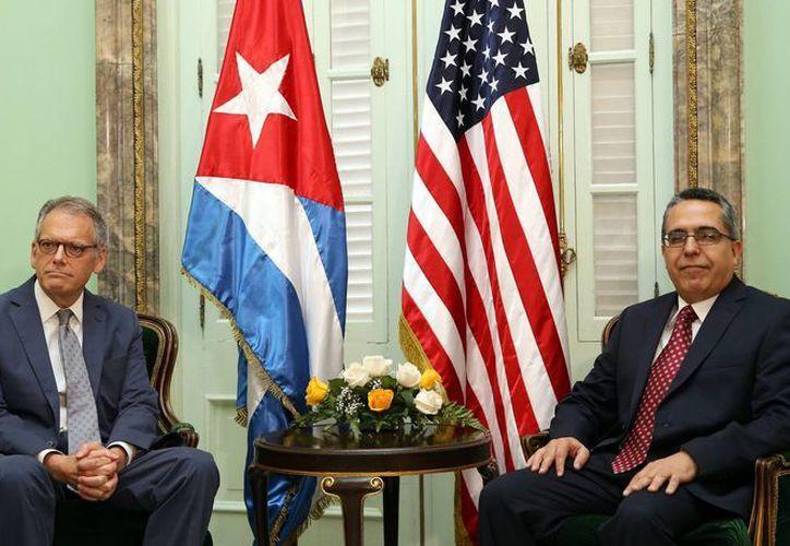 El ministro interino de Relaciones Exteriores de Cuba, Marcelino Medina (d), durante una reunión con el jefe de la Sección de Intereses de EU en La Habana, Jeffrey DeLaurentis, este 1 de julio, en La Habana, Cuba. (EFE)