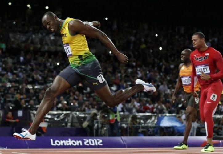 Las zapatillas deportivas que usó Bolt, eran de color blanco, azul y rojo. (AP)