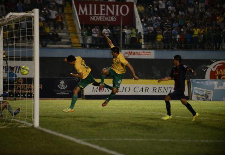 Ulises Briceño hizo dos de los tres goles yucatecos del CF Mérida, que en total vulneró cuatro veces la cabaña de Freseros de Irapuato, aunque al final también recibió cuatro pepinos. (Luis Pérez/SIPSE)