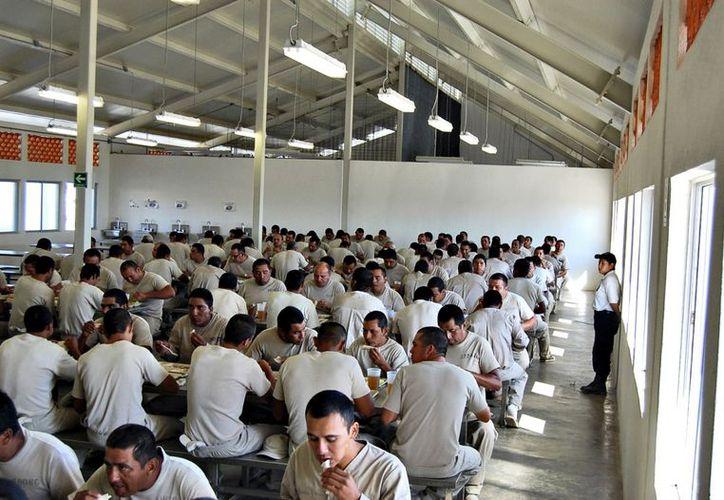 Antes, los presos preparaban la comida en fogones rudimentarios; hoy, cada centro cuenta con un comedor industrial que dirige un chef. (Agencia Reforma)
