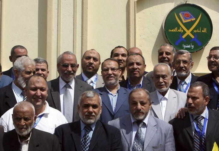 Imagen de archivo datada el 30 de abril del 2011 muestra a miembros del consejo de los Hermanos Musulmanes tras una reunión en El Cairo, Egipto. (Archivo/EFE)
