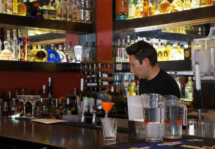 El titular de la Comisión Nacional contra las Adicciones dijo que la tipificación como delito grave de la venta de alcohol a menores deber complementarse con el cumplimiento de las leyes actualmente vigentes. (Archivo/Notimex)