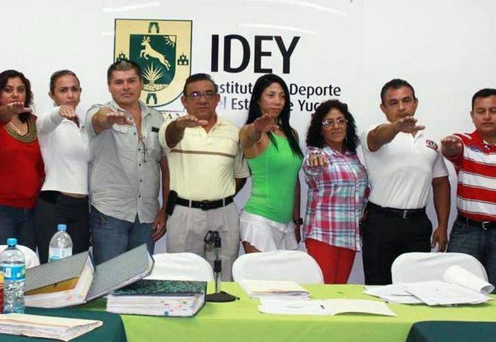 El alcalde de Valladolid, Roger Alcocer, y representantes del IDEY, durante el evento. (SIPSE)