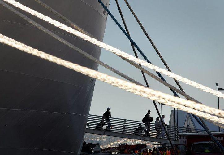 La empresa Carnival aseguró que los pasajeros del crucero donde se encuentra los posibles contagiados no corren ningún peligro. (EFE)