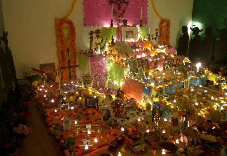 Cada elemento en la ofrenda de muertos tiene su objetivo, por lo que es necesario conocer los orígenes de esta celebración. (Notimex)