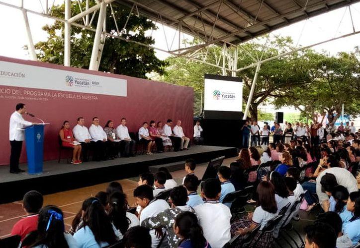La entrega se realizó esta mañana en la cancha de basquetbol de la Unidad Deportiva Kukulcán. (Óscar Chan/Novedades Yucatán)
