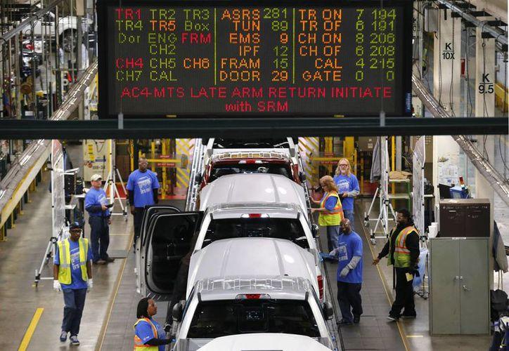 La economía estadounidense creció a un ritmo anual de 3.9 por ciento en el tercer trimestre, mejor de lo reportado inicialmente.(Agencias)