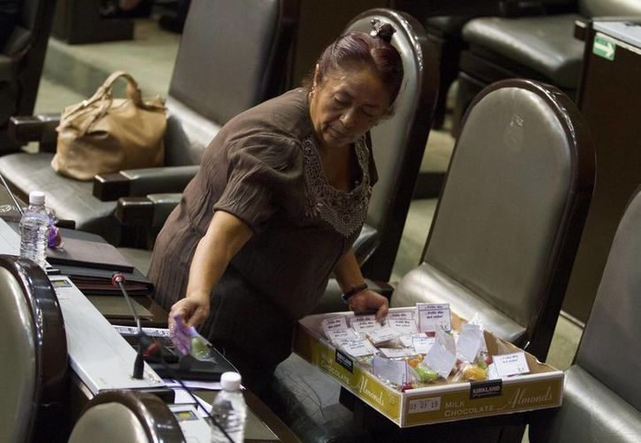El promedio de asistencia inicial a las sesiones se mantuvo alrededor de 60 por ciento (300 de los 500 legisladores); en la imagen, personal limpieza recoge los desechos, tras el 'festejo' por del Niño. (ArchIvo/NTX)